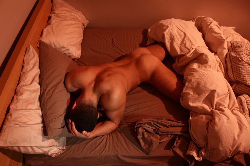спящий голый муж фото